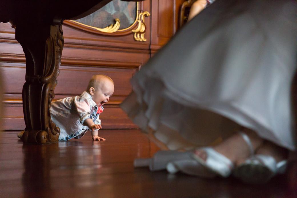 Ook de kleinste bruiloftsgast vermaakte zich opperbest tijdens de ceremonie.