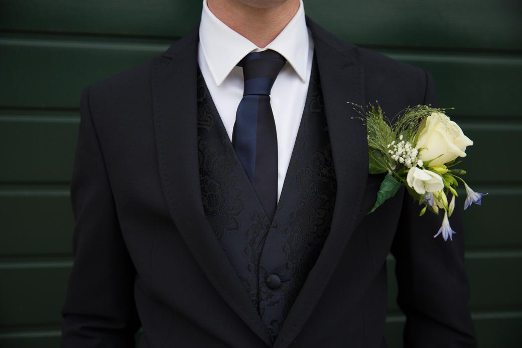Jorns corsage paste er prachtig bij.