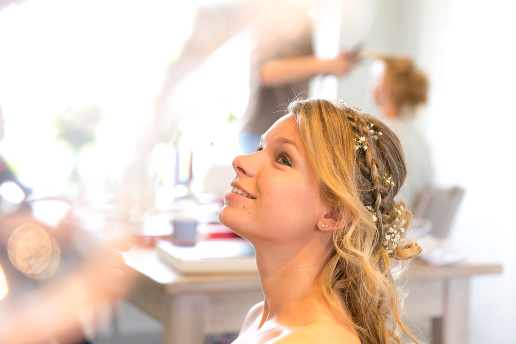 De dames lieten ondertussen bij bruid Sineke hun haar en make-up doen.