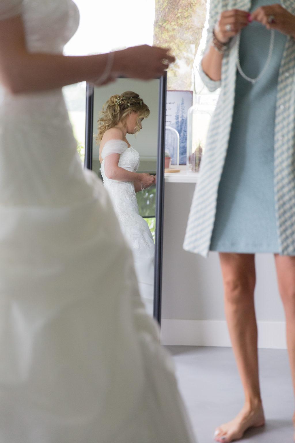 Sinekes moeder hielp haar dochter in haar trouwjurk. Het was werkelijk een sprookje!