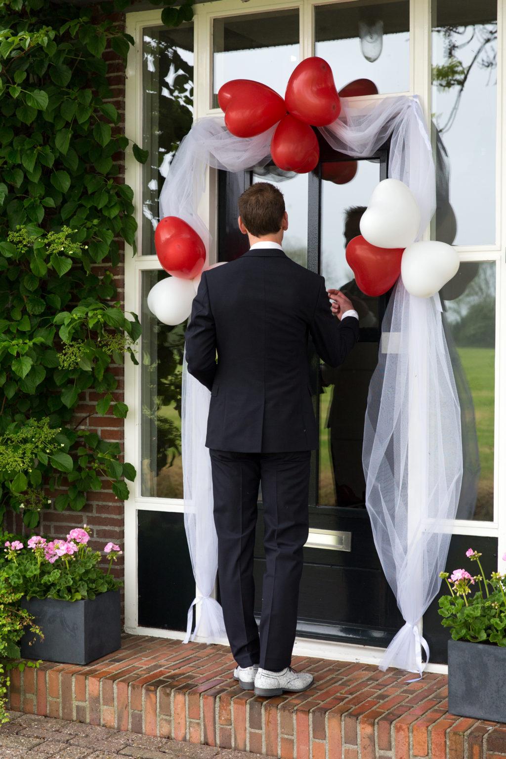 Jorn zag Sineke voor het eerst bij de mooi versierde voordeur van de boerderij in Enumazijl.