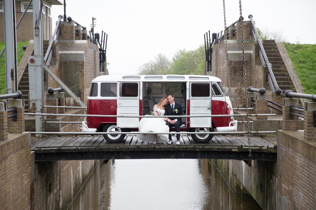 Het stel had een fabuleuze VW bus als trouwauto. Prima om in te schuilen tijdens een regenbuitje.