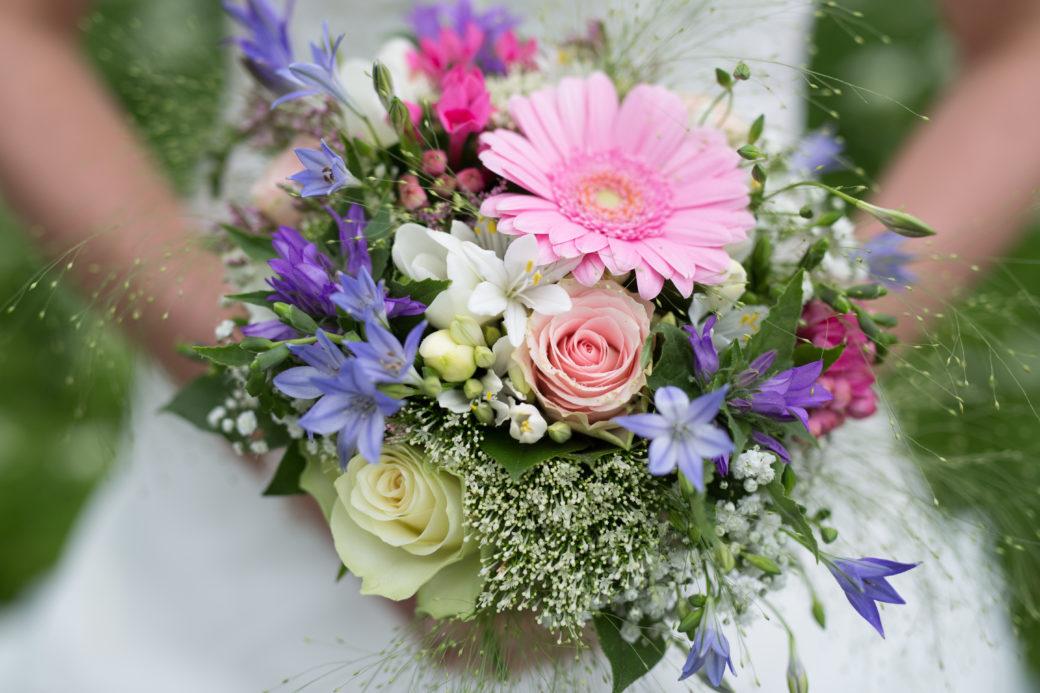 Sineke had een romantisch, vrolijk gekleurd bruidsboeket.