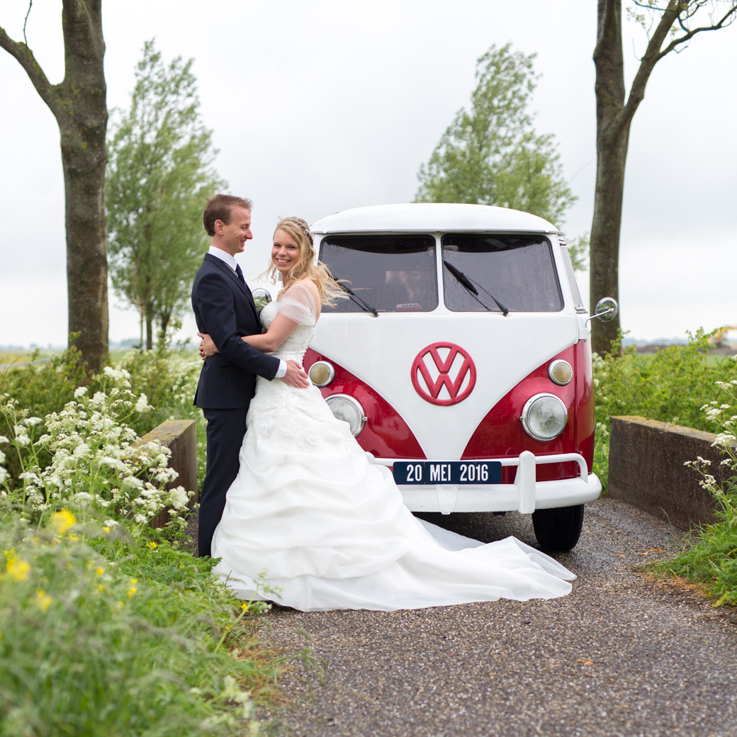 De VW bus had zelfs een custom made nummerplaat speciaal voor Jorn en Sinekes trouwdag.