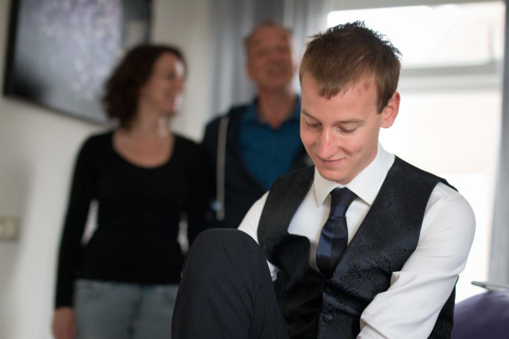 Jorn had gezelschap van zijn familie toen hij zich voorbereidde op zijn grote dag in het huis van zijn ouders.
