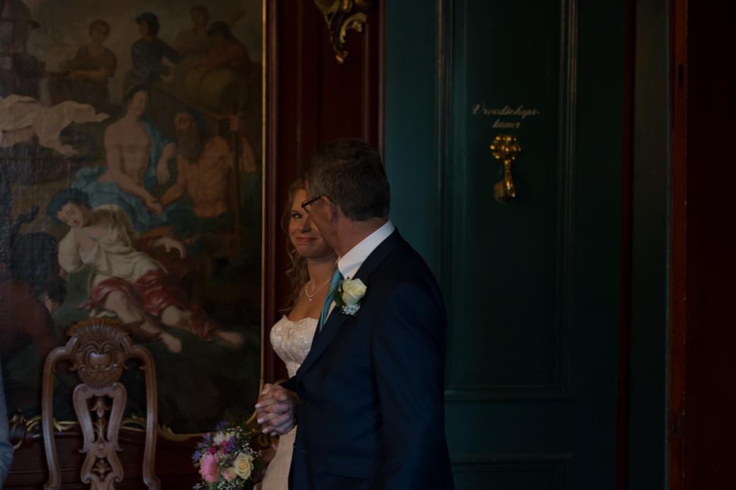 Sineke werd door haar vader de trouwzaal in begeleid.
