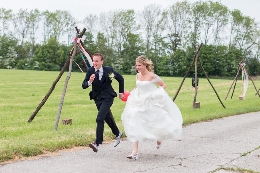 Het bruidspaar houdt wel van een spelletje, en zowel Jorn als Sineke wil dan maar een ding: winnen! Een potje hardlopen in je trouwjurk? Daar draaide deze bruid haar hand niet voor om.