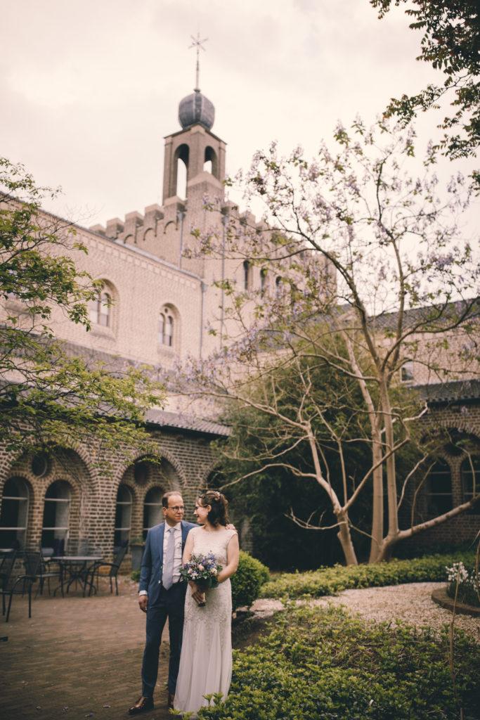 Een bruidspaar staat in de tuin van Leerhotel 't Klooster Amersfoort