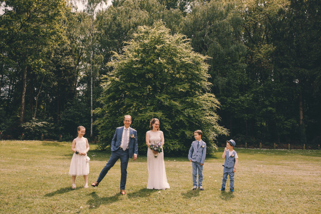 Bruidspaar met kinderen in de tuin bij Leerhotel 't Klooster Amersfoort