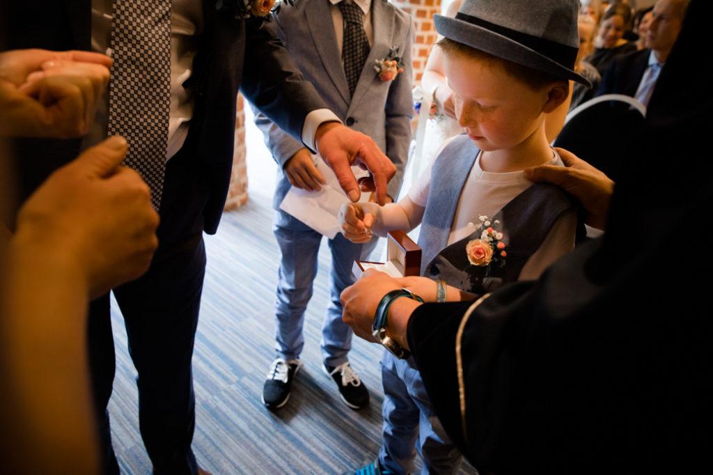 Jongetje brengt de ringen naar zijn ouders tijdens de trouwceremonie