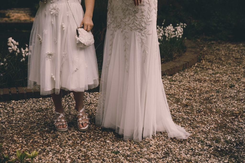 Details van de trouwjurk en de jurk van het bloemenmeisje