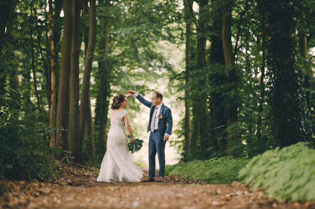 Bruidspaar danst in het bos bij Leerhotel 't Klooster Amersfoort