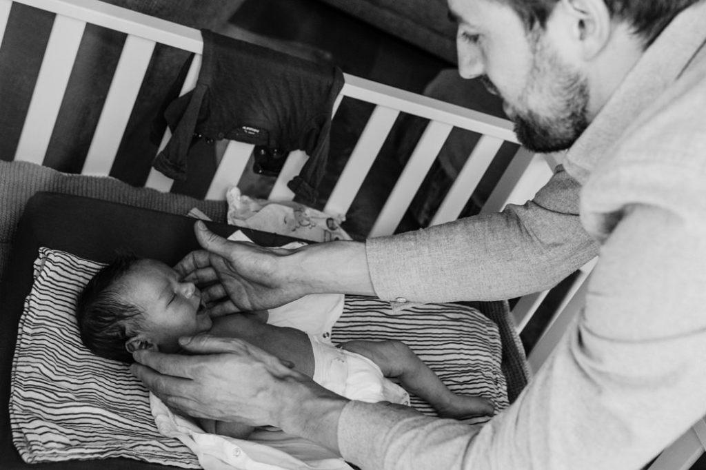 Vader die newborn zoon troost