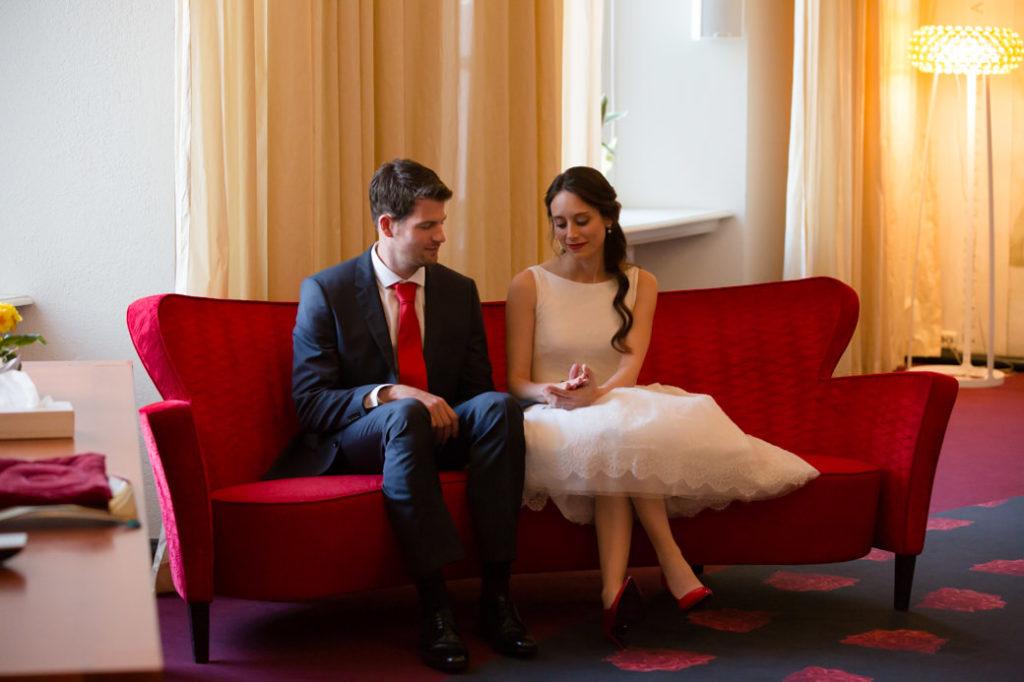 Bruiloft Stadhuis Groningen met bruidspaar op bank