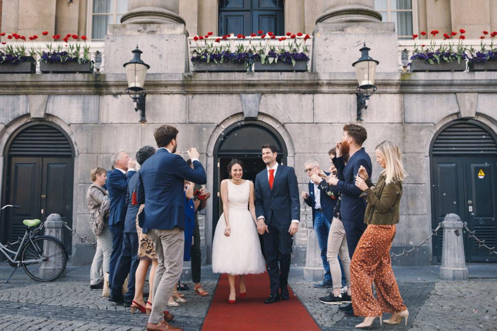 Trouwen Stadhuis Groningen - Alexandra en Gerwin op de rode loper